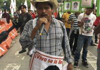 Marchan familiares de los 43 hacia el Hemiciclo a Juárez