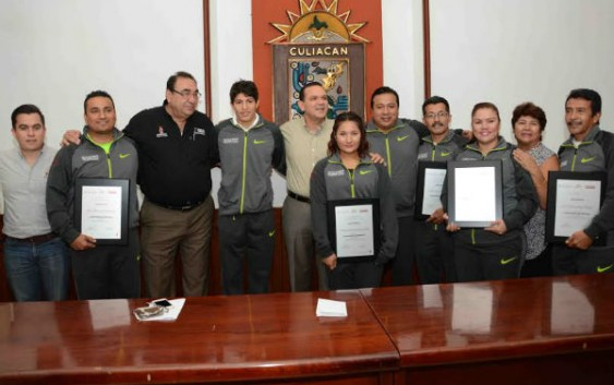 Sergio Torres premia a deportista de Culiacán