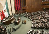 Promete AMLO bajar sueldo de diputados y senadores